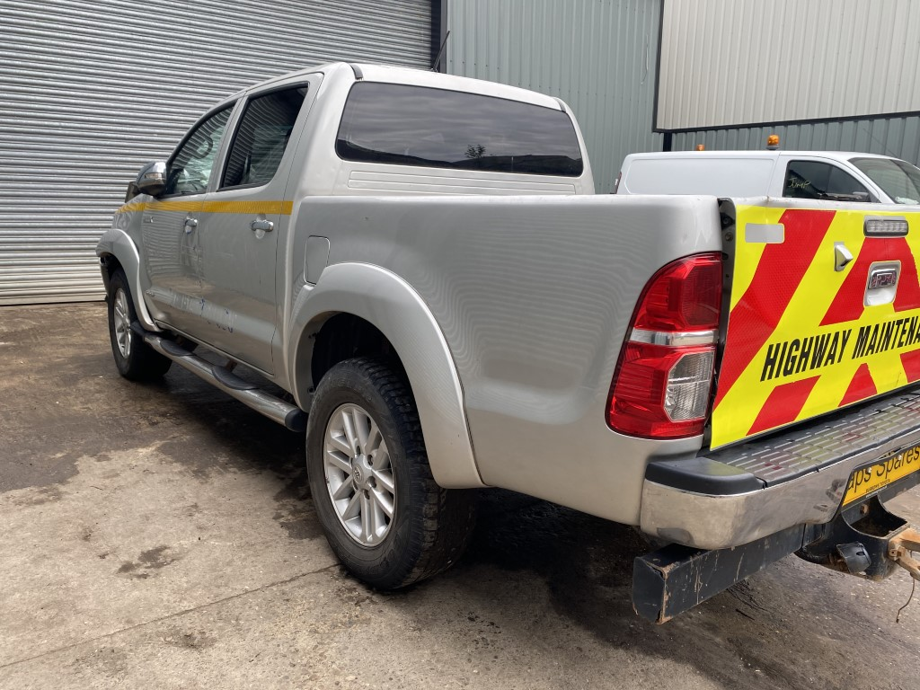 REF 187 TOYOTA HILUX INVINCIBLE DCB 2013 3.0 D4D 5 SPEED MANUAL SILVER