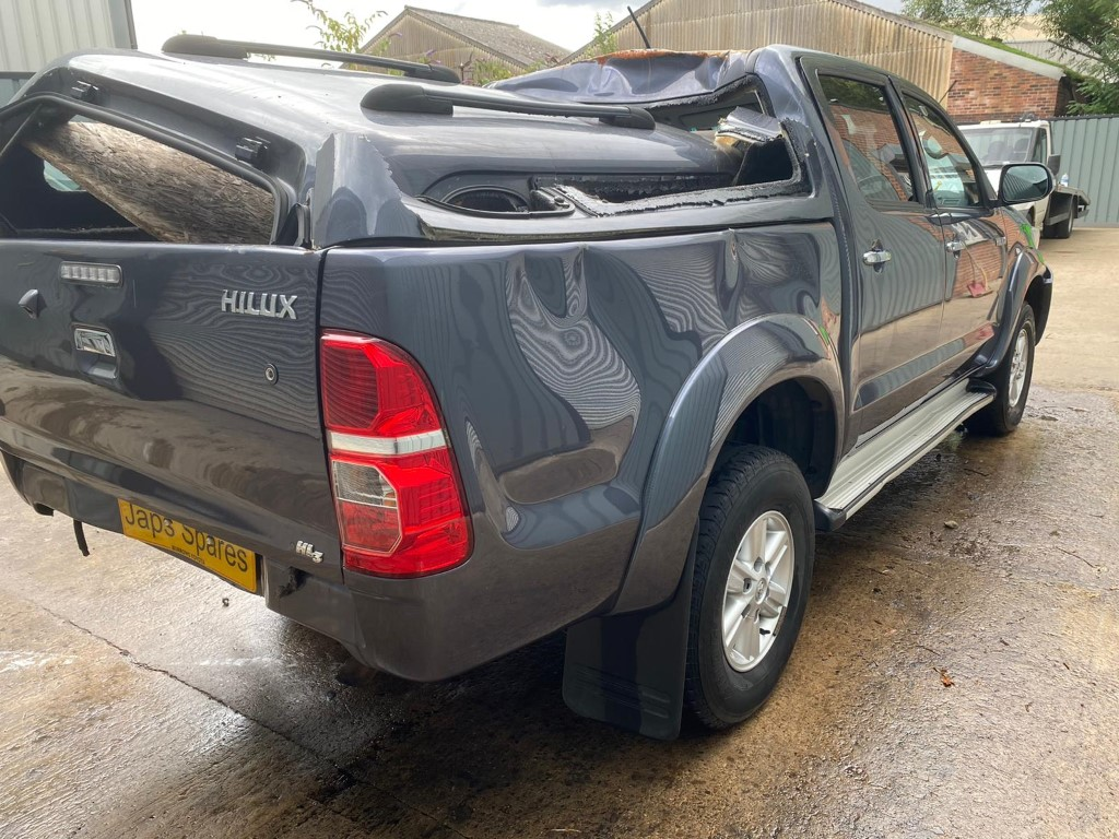 REF 189 TOYOTA HILUX HL3 DCB YEAR 2013 2.5 D4D 5 SPEED MANUAL